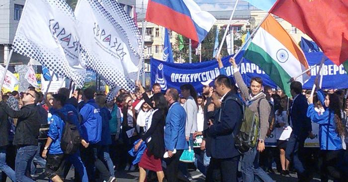 ВОренбурге студенты пронесли десятки белорусских флагов взнак признательности Фомочкину