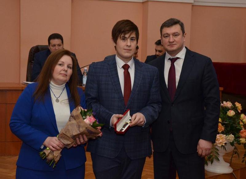 Мэр Оренбурга наградил школьника зазадержание преступников