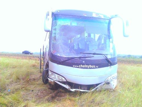 Междугородный рейсовый автобус спассажирами съехал вкювет