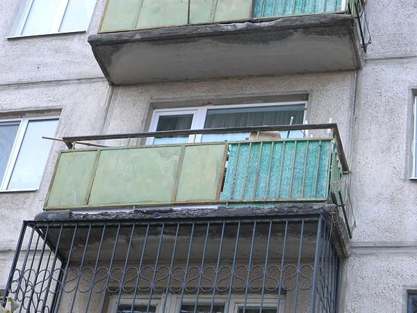 Перила балкона невыдержали ирухнули вниз вместе схозяйкой квартиры