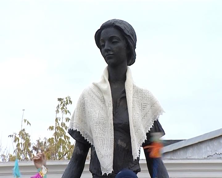 Оренбургский пуховый платок нарисуют наасфальте