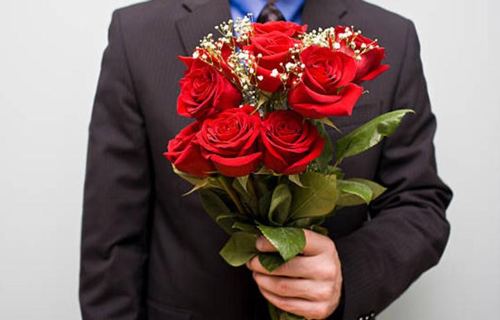 этого фото мужчина с букетом цветов в руках территория базы отдыха